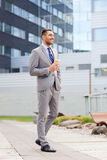 Homem de negócios sério novo com copo de papel fora Fotos de Stock Royalty Free
