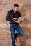 Homem de negócios sério Using Laptop fotografia de stock royalty free