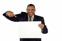 Homem de negócios sênior de sorriso que aponta em uma placa Fotos de Stock