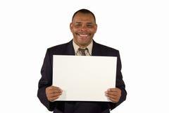 Homem de negócios sênior de sorriso que apresenta uma placa Foto de Stock