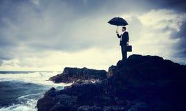 Homem de negócios só Standing pelo conceito da praia fotos de stock royalty free