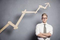 Homem de negócios seguro com gráfico. Fotografia de Stock Royalty Free