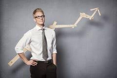 Homem de negócios seguro com gráfico. Fotos de Stock Royalty Free