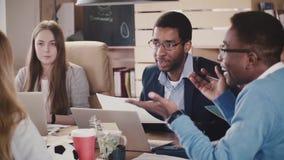 Homem de negócios seguro do CEO do afro-americano que conduz um argumento em reunião misturada da afiliação étnica no movimento l vídeos de arquivo