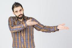 Homem de negócios seguro do retrato feliz novo do homem que mostra um presente imagens de stock