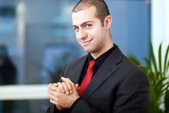 Homem de negócios seguro em seu escritório fotografia de stock royalty free