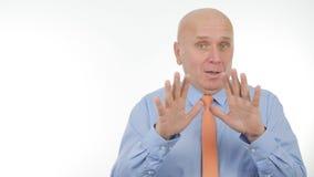 Homem de negócios seguro Image Gesturing em uma conversação imagens de stock
