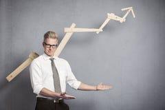 Homem de negócios seguro que aponta no espaço vazio abaixo do gráfico. Imagens de Stock Royalty Free