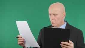 Homem de negócios seguro Reading Business Contracts e documentos imagem de stock