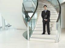 Homem de negócios seguro Standing On Stairs Fotografia de Stock