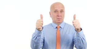 Homem de negócios seguro Thumbs Up com ambas as mãos um bom sinal dobro sério do trabalho vídeos de arquivo