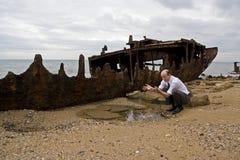 Homem de negócios Shipwrecked e falido fotografia de stock royalty free