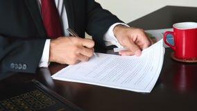 Homem de negócios Signing um contrato no escritório vídeos de arquivo