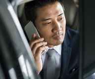 Homem de negócios Sit Inside Car Use Mobile imagem de stock