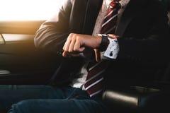 Homem de negócios Sit Inside Car Waiting foto de stock