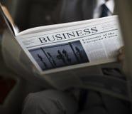 Homem de negócios Sit Read Newspaper Inside Car fotografia de stock royalty free