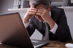 Homem de negócios Sitting In Office da virada fotografia de stock