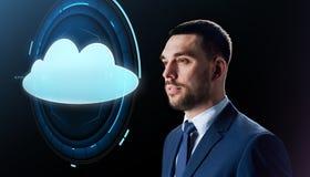 Homem de negócios sobre o preto com projeção da nuvem Imagem de Stock Royalty Free