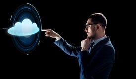 Homem de negócios sobre o preto com projeção da nuvem Fotografia de Stock