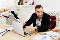 Homem de negócios sobrecarregado forçado jovens no escritório moderno foto de stock royalty free