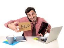 Homem de negócios sobrecarregado ocupado na mesa de escritório que trabalha no computador m Imagem de Stock