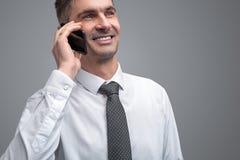 Homem de negócios de sorriso que fala no telefone imagens de stock royalty free