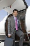 Homem de negócios Standing By Door do avião Fotos de Stock Royalty Free