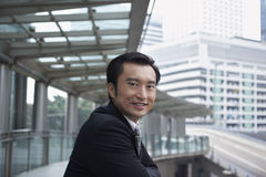 Homem de negócios Standing On Footbridge Fotos de Stock