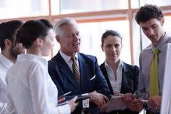 Homem de negócios startup novo que faz a apresentação ao investio superior Fotografia de Stock Royalty Free