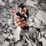 Homem de negócios submerso por demasiado trabalho conceito do excesso de trabalho foto de stock royalty free