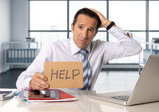 Homem de negócios superior desesperado na crise que trabalha no portátil do computador na mesa de escritório no esforço sob a pre fotos de stock