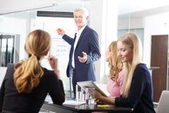 Homem de negócios superior na reunião de negócios Fotos de Stock Royalty Free