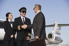 Homem de negócios superior Thanking Airplane Captain Fotografia de Stock Royalty Free