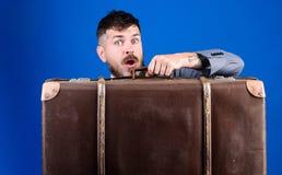 Homem de negócios surpreendido em mover-se do laço Saco pesado r r Desengate de neg?cio fotografia de stock