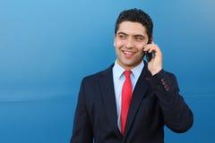 Homem de negócios surpreendido que obtém a grande notícia no telefone imagem de stock