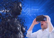 Homem de negócios surpreendido que usa vidros de VR pelo modelo 3d Imagens de Stock Royalty Free
