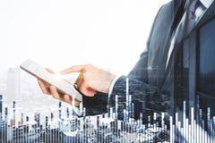 Homem de negócios, tabuleta digital e carta financeira Imagens de Stock