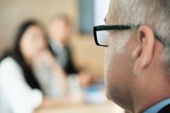 Homem de negócios Talking To Colleagues e clientes na sala de reunião do escritório imagem de stock royalty free