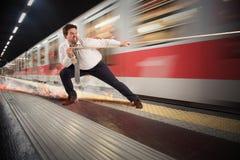 Homem de negócios tarde ao metro fotografia de stock