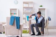 Homem de negócios tarde para o escritório devido a dormir demais após durante a noite Fotos de Stock