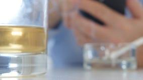 Homem de negócios Text Using um fumo do telefone celular um cigarro e um álcool da bebida video estoque