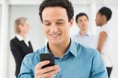 Homem de negócios Texting On Cellphone fotografia de stock royalty free