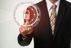 Homem de negócios Touching Closed Padlock como o símbolo da segurança imagens de stock royalty free