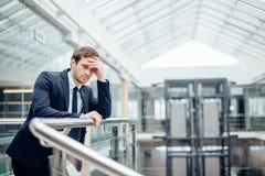 Homem de negócios triste que cobre sua cara com sua mão O homem obteve más notícias stress imagem de stock