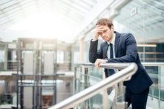 Homem de negócios triste que cobre sua cara com sua mão O homem obteve más notícias stress foto de stock