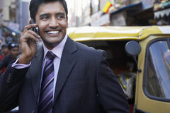 Homem de negócios Using Cell Phone na rua da cidade foto de stock royalty free