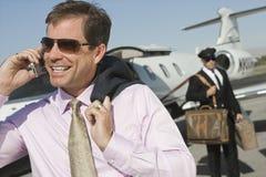 Homem de negócios Using Cell Phone no aeródromo fotos de stock