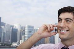 Homem de negócios Using Cellphone Outdoors foto de stock