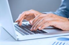 Homem de negócios Using Laptop imagens de stock royalty free
