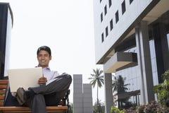 Homem de negócios Using Laptop Outdoors fotografia de stock